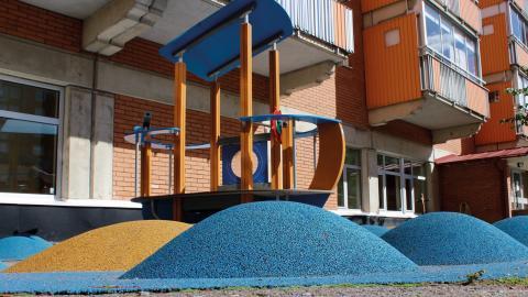 I kvarteret Tuppen finns en av stans lekparker som delvis har gummiunderlag som stötdämpning. Ett material som enligt nya studier innebär en miljörisk då plast från underlaget sprids till vattendrag. Bild: Lisa Karlsson