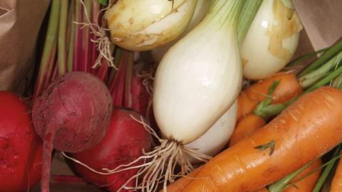 Via Reko-handeln går det att få dagsfärska grönsaker och bröd.