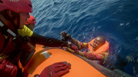 Hjälparbetare från spanska Open Arms räddar en migrant, tolv sjömil norr om Libyens kust. Bild Santi Palacios/AP/TT Bild: Santi Palacios/AP/TT