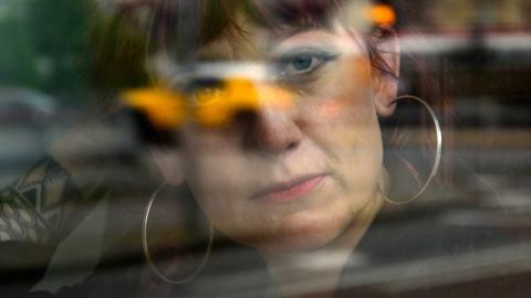 Anna Jörgensdotter ser ut över Gävle från sin nya skrivplats. Bild: Kjell Vowles
