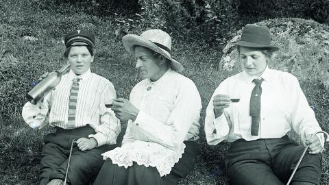 Lennart Skålberg och August Henriksson i Silvergruvan med en okänd kvinna.  Bild: Hällefors hembygdsförening