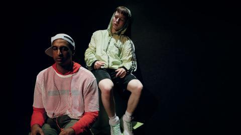 """Binyam Haile och Joel Dannerup, ur pjäsen """"Boys don't cry"""". Bild: Rebecka Holmström"""