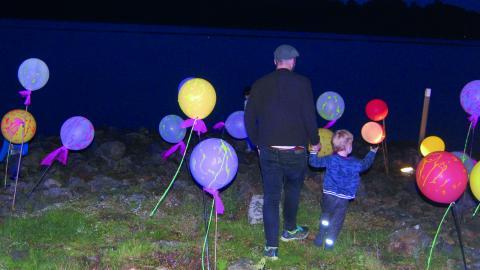 Hamnpiren, skapad av Mikael Hult och Lotta Pihl, med färgstarka ballonger väckte nyfikenhet hos publiken. Bild: Edgar Weibull