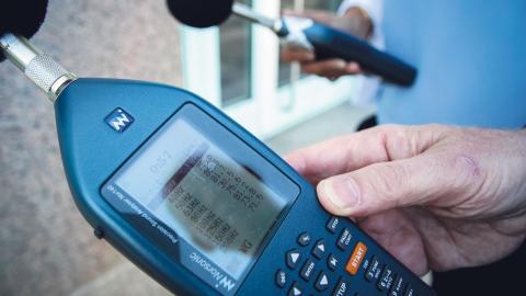 Decibelmätaren som miljöinspektörerna använder i sitt arbete.  Bild: Kajsa Sjölander