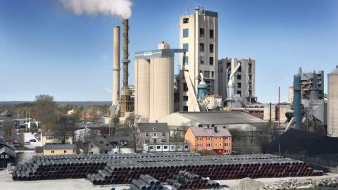 Cementas fabrik i Slite på Gotland är just nu den industrianläggning som släpper ut näst mest koldioxid i Sverige.  Bild: Tobias Wallström/TT
