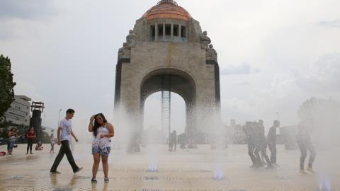 Mexico City-bor plaskar runt på torget vid Revolutionsmonumentet, som har rustats upp och fått nya fontäner. Staden dras med en vattenkris som gör de svårt att förse dess invånare med rent dricksvatten. Bild: Jonas Cullberg