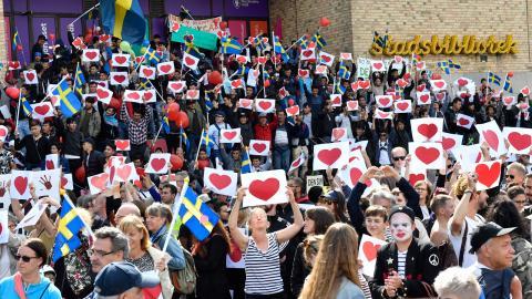 """Under sittstrejken har de unga afghanerna som hotas av utvisning tagit ställning för så väl Stockholms sopåkare som för Stockholms hemlösa. """"Er kamp är vår kamp"""", slog en av sittstrejkens talespersoner fast i ett tal till sopåkarna.  Bild: Jonas Ekströmer"""