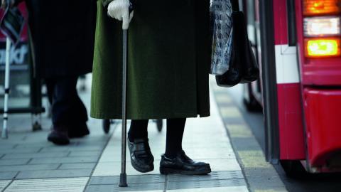 """""""I alla de kommuner som redan tillämpar fria bussresor för pensionärer så visar sig de positiva effekterna. Fler pensionärer reser kollektivt när de inte behöver fundera på kostnaderna och om de har råd med resan"""", skriver debattören. Bild: Fredrik Sandb"""