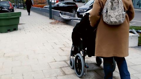 """""""Livskvalitén ska inte gå bakåt till en tid där funktionsnedsatta levde på institutioner och under miserabla förhållanden"""", skriver debattörerna. Bild: Hasse Holmberg/TT"""