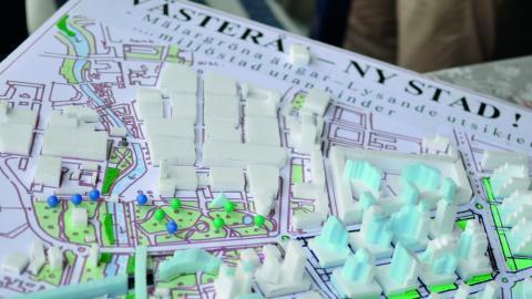 Arkitekten Leif Karlsson har skapat en modell som visar hur stationsområdet skulle kunna se ut med en nedgrävd järnväg.  Bild: Joni Nykänen