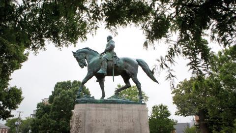 Statyerna är inte längre bara historiska minnen utan laddas i dagspolitiska termer. 2000-talet aktualiserar att monumentkonst fortfarande är en dagspolitiskt brännbar historia.  Bild: AP/TT