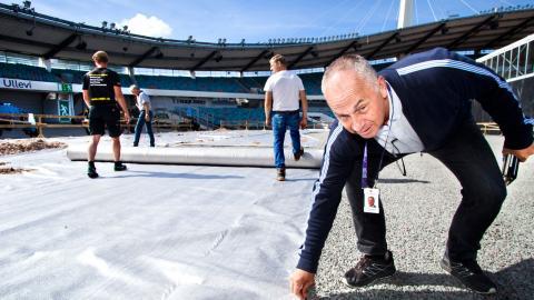 4500 ton grus och sand täcker Ullevis plan inför EM i ridsport. Tomas Torgersen har jobbat som tävlingsledare i 20 år och brukar hålla i trådarna i Gothenburg Horse Show i Scandinavium.