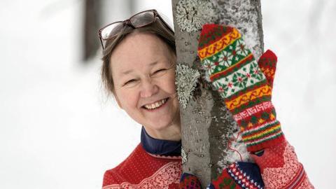 Erika Nordvall Falck började samla vantmönster som tonåring. Delar av den samlingen finns med på utställningen Samiska vantar, som visas av Skånes hemslöjd i Landskrona. Bild: Per Pettersson