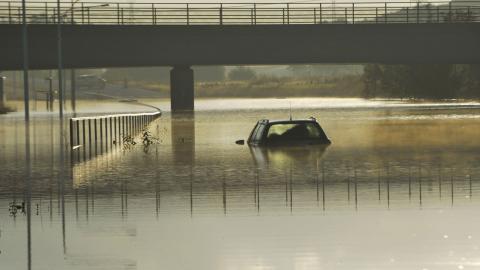 En bil sitter fast i vattnet efter ett skyfall i Malmö 2014. Bild: Johan Nilsson/TT