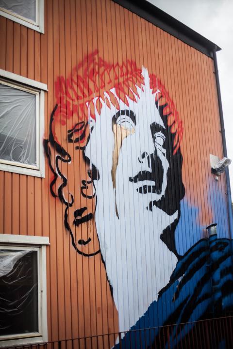 Tvärs över gatan från Nabila Abdul Fattahs mural växer konstnären Imans verk fram.  Bild: Jens Hendar