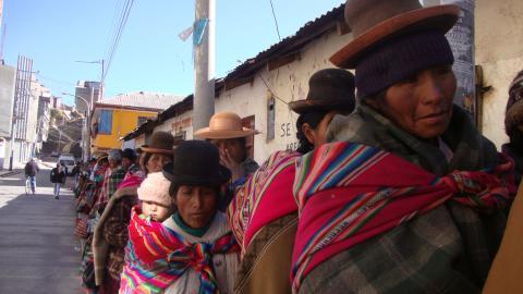 Fattiga kvinnor från Anderna står i kö för att ta emot bistånd i regionen Puno i Peru. Enligt Panamerikanska hälsoorganisationen blir Perus fattiga kvinnor i betydligt högre grad utsatta för våld i hemmet. Bild: Milagros Salazar/IPS