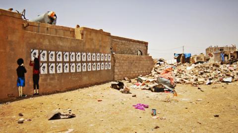 Genom sin gatukonst kommenterar konstnären Murad Subay situationen i det krigshärjade Jemen. Bild: TT