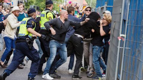 Nordisk Ungdom attackerar årets Prideparad i Stockholm.