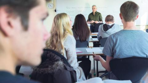 """""""Omkring 18000 elever om året riskerar att hamna i ett utanförskap utan skola, utan jobb, utan pengar och utan självförtroende"""", skriver debattören. Berit Roald/NTB/tt"""
