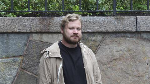 """""""På ett plan är väl 70–80 procent sant i boken, på ett annat plan är ingenting sant. Men jag kan bli lite irriterad när folk säger att någon karaktär är rätt av en verklig person, för jag tycker inte själv att jag är en så dålig romanförfattare"""". Bild: Gustav Gelin"""