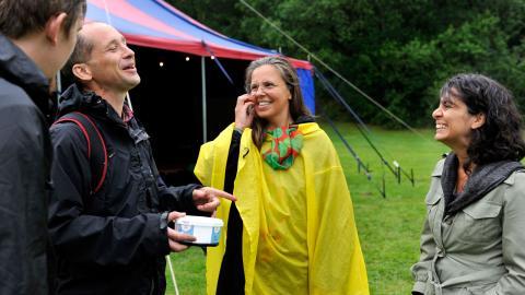 Klimataktivisterna trotsar vädret. Trinidad Carillo, längst till höger, vill tillsammans med konstnärskollegan Ilona Huss-Walin skapa broar mellan miljörörelse och konst.  Bild: Hanna Sistek