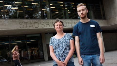 """Sofia Larsson och Henrik Söderblom på Stadsbiblioteket hoppas få fler Norrköpingsbor att bli delaktiga i projektet """"Låna en svensk""""."""