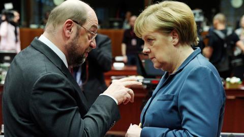 Angela Merkel samtalar med Martin Schulz, då ordförande i EU-parlamentet, under ett EU-möte 2013. Nu står de mot varandra i höstens tyska parlamentsval. Bild: Yves Logghe/AP/TT