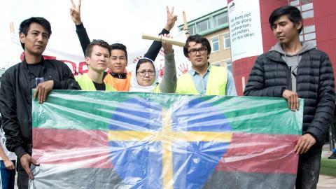 Många visade sitt stöd för de afghanska ungdomarna under fredagens demonstration. På bilden håller de upp sin sammanställning        av våldsdåd i Afghanistan, som de hoppas ska få Migrationsverket att tänka om.  Lucas De Vivo