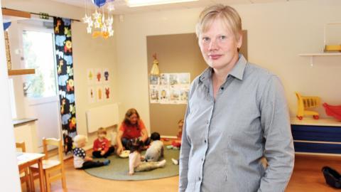 Susanne Sjösten är enhetschef för Majgångens förskola i Oxelbergen. Hon tycker att målet att två av tre anställda inom förskolan ska vara utbildade förskolelärare är bra – även om det inte uppnås i nuläget.  Bild: Lisa Karlsson