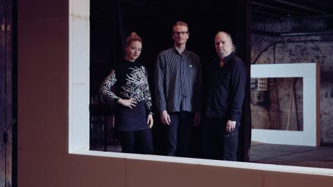 """Regissören Erik Holmström, scenografen Maja Kall och kompositören Dror Feiler har skapat """"Automata"""", en föreställning där klassiska teateringredienser som handling och skådespeleri har skalats bort. Bild: Klara G"""