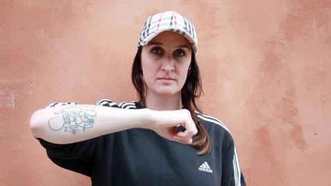 Efter att Jussi Hirvilammi tagit livet av sig tatuerade Ragnhild Ekner in hans signatur på armen. Bild: Emma Sundelin