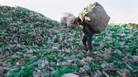Kraven på återvinning av plast har ökat, och forskare världen över jobbar hårt för att hitta mer miljövänliga sätt att producera plast. Vid Lunds universitet är målet att utvecklas plaster baserade på bioråvara. Bild: K.M. Chaudary/AP