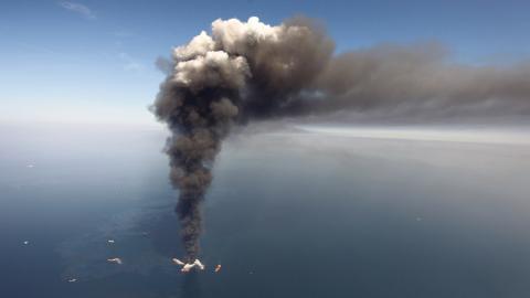 Rök stiger från branden på British Petroleums oljeplattform Deepwater Horizon, 2010.  Bild: Gerald Herbert/AP/TT