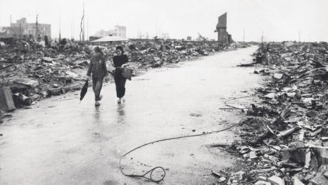 Två personer går på en väg genom förödelsen i Hiroshima efter atombomben som USA fällde den 6 augusti 1945.  Bild: U.S AIR FORCE/AP