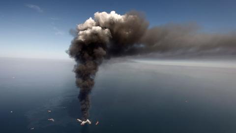 I jakten på att hitta bakterier som kan bryta ner olja i haven har forskare gjort simuleringar av olyckan vid Deepwater Horizon som skapade stor förödelse år 2010. Bild: Gerald Herbert/Ap/TT