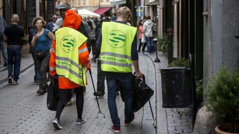 Ungdomar som sommarjobbar och plockar skräp.  Foto: Christine Olsson / TT