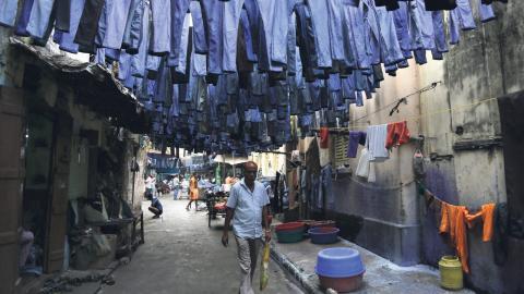 Det krävs 11000 liter vatten för att tillverka ett par jeans – och ofta produceras de i länder där det råder vattenbrist.  Bild: Bikas Das/AP