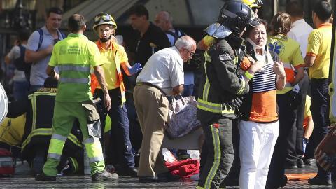 Skadade tas om hand vid La Rambla. Bild: Oriol Duran/AP/TT