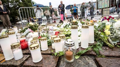 Den avspärrade platsen på Salutorget i Åbo där flera personer knivhöggs i en terrorattack i centrala Åbo under fredagseftermiddagen. Bild: Robert Seger/TT
