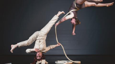 """Den svenska cirkusgruppen Kompani Tofs utmanar tyngdlagen i föreställningen """"Inte nudda golv"""" för de mindre barnen.  Bild: Jonatan Agami"""