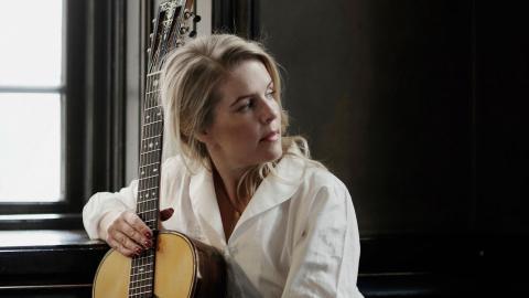 Carola Häggkvist, Marie Fredriksson och Fred Åkerström är några av Sofia Karlssons barndomsinfluenser. Folkmusiken hittade hon på 1990-talet.  Blld: Peter Holgesson