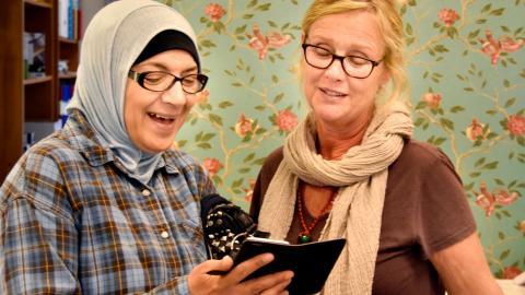 Det är roligt på jobbet på Tråd & Trade. Här är det Najah Al-Hamed och Carina Blomgren som hittat nåt glädjeämne.