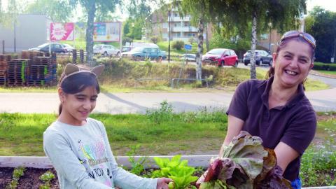 Aisa Azizi får sallad av Maissaa Arnaout. Bild: Linda Alfons