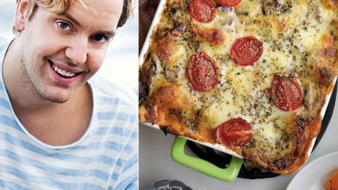 """Matprofilen Mattias Kristiansson blev vegan för fem år sedan. Han har bland annat gett ut boken """"Välkommen till Vegoriket"""". Till höger: Vegetarisk lasagne, innehållande bland annat svamp, pumpa och spenat.  Bild: Janerik Henriksson/TT"""