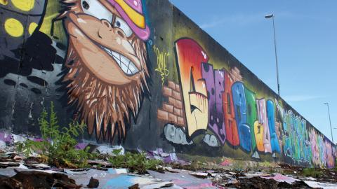 I den nya graffitipark som planeras i inre hamnen hoppas Conny Johansson, från graffitiplattformen Yallah, att kommunen tänker till lite extra kring sopor och hur området ska hållas fräschare än dagens lagliga graffitiområde. Bild: Lisa Karlsson