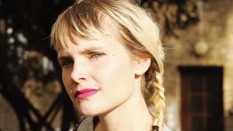 """Serietecknaren och konstnären Sara Granér är aktuell med boken """"Blixt från oklar himmel"""".  Bild: Ordfront"""