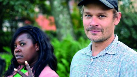 Projektkoordinatorn Diana Kambugu Nannyonjo hjälper den internationella konstnären Michael Beutler att skapa kontaktytor med personer  i stadsdelen så att konst kan hända. Michael Beutlers konstverk Råby Planet är en del av Statens Konstråds satsning. Bild: Joni Nykänen