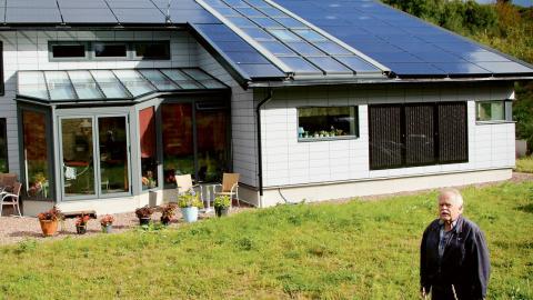 Huset i Angered har solfångare och solpaneler på taket, men även två sidor av fasaden har ytor med solcellspaneler. Foto: Annelie Moran
