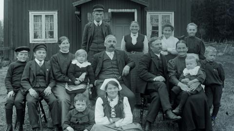 Familjen Andersson på Lövkullen i Sikfors.  Bild: Hällefors hembygdsförening