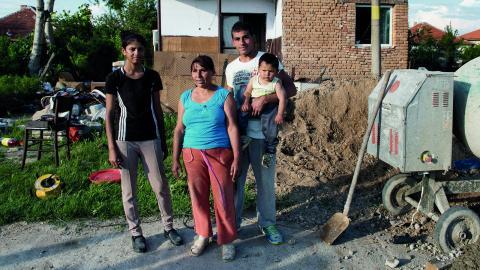 För pengar som hade lagts i muggen i Växjö fick denna familj råd att gjuta golv i sitt hus. Bild: LarsErik Tobiasson